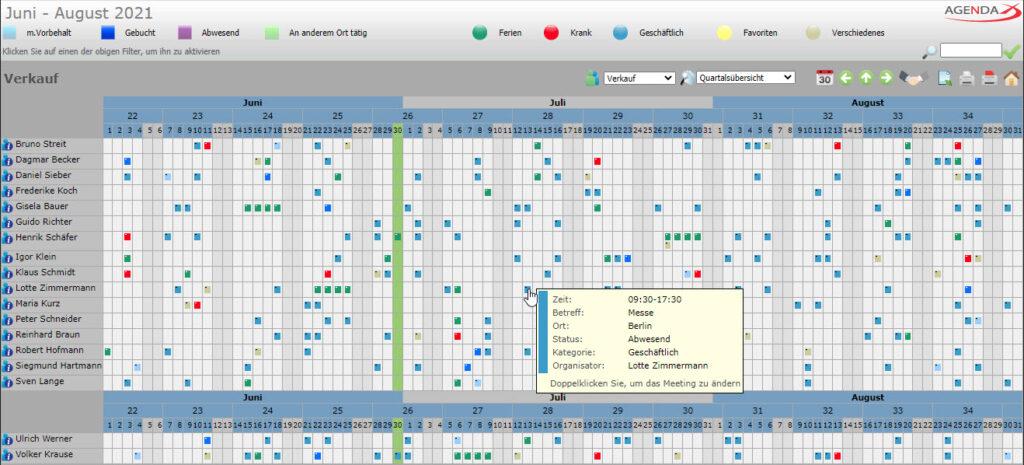 AgendaX Gruppenkalender Quartalsansicht zeigt Termine mehrerer Mitarbeiter und Ressourcen als kleine Kästchen an. Tage, Wochennummern und Monate werden horizontal dargestellt, während Mitarbeiter und Ressourcen vertikal angeordnet sind.